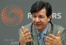 O presidente-executivo do Itaú Unibanco, Roberto Setubal, gesticula em entrevista à Reuters em São Paulo. O Itaú Unibanco agradou o mercado com o resultado do quarto trimestre, que mostrou redução dos calotes e controle de custos, levando as suas ações a ter destaque na Bovespa nesta terça-feira. 24/11/2010 REUTERS/Paulo Whitaker