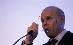 Ministro das Fianças, Guido Mantega, é visto ao falar para a platéia durante fórum sobre infraestrutura no Brasil, em São Paulo. Num esforço para tentar atrair potenciais investidores, o governo brasileiro melhorou as condições das concessões de rodovias previstas para este ano, ampliando os prazos, reduzindo os custos dos financiamentos e permitindo que outros bancos estatais participem do processo. 05/02/2013 REUTERS/ Nacho Doce