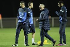 Didier Deschamps lors d'une séance d'entraînement à Clairefontaine avec notamment Karim Benzema (à gauche). L'attaquant n'a pas perdu la confiance du sélectionneur ni de ses coéquipiers, malgré ses difficultés à marquer cette saison, tant en équipe de France qu'avec le Real Madrid. /Photo prise le 4 février 2013/REUTERS/Gonzalo Fuentes