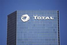 Total est entré en négociations exclusives avec un consortium réunissant l'italien Snam, le fonds singapourien GIC et EDF en vue de lui céder sa filiale de transport et de stockage de gaz TIGF. L'offre du consortium porte sur 100% du capital de la société et la valorise 2,4 milliards d'euros. /Photo d'archives/REUTERS/Charles Platiau
