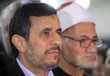 El arresto del otrora temido fiscal iraní Said Mortazavi es un paso más en la caída de la carrera política del presidente del país, Mahmud Ahmadineyad, un golpe asestado por los ultraconservadores que se posicionan para tomar el poder en las elecciones de este año. En la imagen, el presidente iraní, Mahmud Ahmadineyad, en una rueda de prensa tras visitar al jeque Ahmed al Tayeb, destacado académico musulmán suní egipcio, en la mezquita y universidad de al Azhar, en El Cairo, el 5 de febrero de 2013. REUTERS/Mohamed Abd El Ghany
