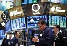 Трейдеры на Нью-Йоркской фондовой бирже 5 февраля 2013 года. Американские акции выросли во вторник после распродажи накануне благодаря неожиданно высоким квартальным результатам компаний. REUTERS/Brendan McDermid
