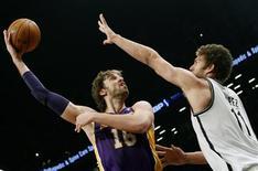 Malgré l'absence de Dwight Howard, blessé à l'épaule, ainsi que celle de Metta World Peace, les Los Angeles Lakers ont battu mardi les Brooklyn Nets 92-83, en saison régulière de NBA. /Photo prise le 5 février 2013/REUTERS/Mike Segar