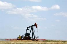 Нефтяная вышка на месторождении в канадской провинции Альберта, 30 июня 2009 года. Цены на Brent держатся выше $116 за баррель благодаря сильной экономической статистике Европы и США. REUTERS/Todd Korol