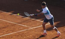 L'Espagnol Rafael Nadal a remporté mardi son premier match en tournoi après sept mois d'absence, au premier tour de l'Open du Chili, associé en double avec l'Argentin Juan Monaco. /Photo prise le 5 février 2013/REUTERS/Eliseo Fernandez