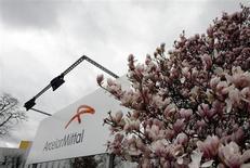 ArcelorMittal anticipe une amélioration de la situation en 2013, après une année noire en 2012 où la baisse de la demande en Europe et le ralentissement de la croissance en Chine l'ont plongé dans le rouge. /Photo d'archives/REUTERS/Sebastien Pirlet