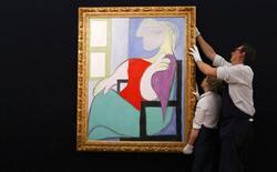 """Un retrato de Pablo Picasso de su amante y """"musa de oro"""", Marie-Therese Walter, se vendió el martes por 28,6 millones de libras (unos 33 millones de euros), liderando una importante subasta en Sotheby's de arte impresionista, moderno y surrealista. En la imagen, de 31 de enero, la obra """"Femme assise pres d'une fenetre"""" de Pablo Picasso de 1932. REUTERS/Suzanne Plunkett"""