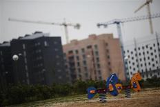 La actividad de la construcción continúa incluyendo en España la mayoría de empresas inmersas en un proceso de quiebra en medio del derrumbe del sector desde que estallara la burbuja inmobiliaria hace unos cinco años, según datos divulgados por el Instituto Nacional de Estadística (INE). E nla imagen, un parque de niños cerca de unos pisos en construcción en las afueras de Madrid, el 7 de diciembre de 2012. REUTERS/Susana Vera