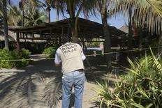 El alcalde de Acapulco se disculpó el martes por su desdeñosos comentarios sobre la violación de seis turistas españolas a manos de hombres armados, una agresión no frecuente contra extranjeros en la popular localidad turística mexicano hoy en manos de cárteles de la droga. En la imagen, un agente de policía acordona la zona próxima a la casa donde fueron violadas las seis mujeres españolas, el 5 de febrero de 2013 en Acapulco. REUTERS/Jacobo Garcia