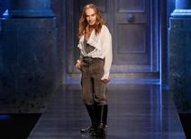 El diseñador de moda John Galliano, despedido en 2011 por la casa de alta costura Dior tras un exabrupto antisemita en público, ha iniciado una demanda por despido improcedente contra su antigua empleadora. En esta imagen de archivo, el diseñador británico John Galliano tras su desfile de moda pret-a-porter otoño/invierno 2010/11 para Dior en la Semana de la Moda de París, el 5 de marzo de 2010. REUTERS/Benoit Tessier