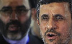 Presidente iraniano, Mahmoud Ahmadinejad, fala durante coletiva de imprensa após visitar o xeque Ahmed al-Tayeb na histórica mesquita e universidade al-Azhar, no Cairo. 05/02/2013 REUTERS/Mohamed Abd El Ghany