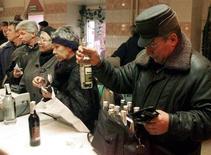 """Москвичи покупают водку в магазине при заводе """"Кристалл"""" 12 февраля 2000 года. Инфляция в России с 29 января по 4 февраля 2013 года составила 0,2 процента, как и в предыдущие две недели, сообщил Росстат в среду. Продолжают дорожать овощи, мука, водка и плата за проезд. CVI/WS"""