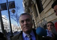 El ex tesorero y gerente del Partido Popular Luis Bárcenas, inmerso en un escándalo que ha engullido al presidente del Gobierno Mariano Rajoy y a su formación política, compareció el miércoles para ser interrogado por la Fiscalía Anticorrupción. En la imagen, Bárcenas rodeado de periodistas a la llegada a la Fiscalía el 6 de febrero de 2013. El ex tesorero y gerente del Partido Popular Luis Bárcenas, inmerso en un escándalo que ha engullido al presidente del Gobierno Mariano Rajoy y a su formación política, compareció el miércoles para ser interrogado por la Fiscalía Anticorrupción. REUTER/Susana Vera