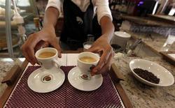 Garçonete serve café em cafeteria de São Paulo, em fevereiro de 2011. O consumo de café no Brasil, segundo consumidor global após os Estados Unidos, deverá crescer até 3 por cento em 2013 na comparação com o ano anterior. 08/02/2011 REUTERS/Nacho Doce
