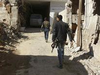 Unos miembros del Ejército de Siria Libre avanzan armados por las calles de Daraya, feb 4 2013. Intensos enfrentamientos surgieron el miércoles en la capital siria, Damasco, después de que los rebeldes lanzaran una ofensiva coordinada desde los suburbios contra las fuerzas del presidente Bashar al-Assad, lo que puso fin a la relativa calma de la ciudad, dijeron activistas de la oposición. REUTERS/Fadi Al-Derani/Shaam News Network NOTA DE EDITOR: Reuters no puede confirmar de forma independiente, la autenticidad, contenido, ubicación o fecha de dónde o cuándo se extrajo esta imagen. Imagen para uso no comercial, ni ventas, ni archivos. Solo para uso editorial. No para su venta en marketing o campañas publicitarias. Esta imagen fue entregada por un tercero y es distribuida, exactamente como fue recibida por Reuters, como un servicio para clientes.