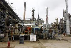 Selon Le Monde, aucune des cinq offres de reprise soumises au tribunal de commerce de Rouen pour la raffinerie Petroplus de Petit-Couronne n'a été retenue par les administrateurs judiciaires. /Photo d'archives/REUTERS/Jacky Naegelen