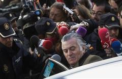 Suiza está cooperando con España ante la solicitud de detalles de cuentas bancarias conectadas con el ex tesorero del Partido Popular Luis Bárcenas en el marco de un caso de corrupción que ha salpicado a la formación en el poder, dijo el miércoles el fiscal general suizo. En la imagen, Bárcenas tras comparecer ante la Fiscalía Anticorrupción en Madrid, el 6 de febrero de 2013. REUTERS/Juan Medina