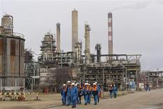 Les cinq candidats à la reprise de la raffinerie Petroplus de Petit-Couronne doivent compléter leur offre d'ici au 16 avril, a-t-on appris mercredi de source syndicale. /Photo d'archives/REUTERS/Philippe Wojazer