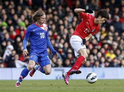 Croatia's Luka Modric (L) challenges South Korea's Lee Chung-yong during their International Friendly soccer match at Craven Cottage in London February 6, 2013. REUTERS/Suzanne Plunkett