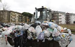 Un soldato alla guida di una ruspa a Napoli. REUTERS/Ciro De Luca