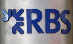 Imagen de archivo de una sucursal del prestamista británico Royal Bank of Scotland en Londres, feb 4 2013. El prestamista británico Royal Bank of Scotland pagará 615 millones de dólares a autoridades estadounidenses y del Reino Unido para concluir las acusaciones de manipulación de tasas globales, incluyendo la referencial Libor. REUTERS/Andrew Winning