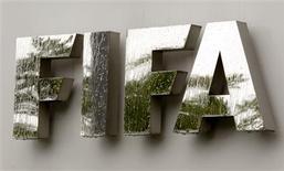 Foto de archivo del logo de la FIFA en su sede central en Zúrich, jul 22 2011. La FIFA lanzó una página web para denunciar mediante mensajes anónimos cualquier hecho de corrupción e intento de arreglos de partidos en el fútbol, dijo el miércoles el organismo. REUTERS/Arnd Wiegmann
