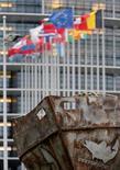 El Parlamento Europeo respaldó de forma abrumadora una reforma que ponga fin a décadas de sobrepesca y que permita recuperar los caladeros europeos a niveles sanos para 2020. En la imagen, un modelo de un pesquero industrial frente al edificio del Parlamento Europeo tras una votación sobre la Política de Pesca Común en Estrasburgo, el 6 de febrero de 2013. REUTERS/Christian Hartmann