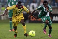 Adama Tamboura (esquerda), do Mali, corre em busca da bola contra Ahmed Musa, da Nigéria, durante a semi-final da Copa das Nações Africanas no estádio de Moses Mabhida em Durban. 6/02/2013 REUTERS/Rogan Ward