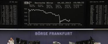 Las acciones de la zona euro cayeron el miércoles a mínimos de dos meses, arrastradas por una toma de beneficios motivada en parte por débiles resultados corporativos trimestrales y señales de crecientes tensiones políticas en la región. En la imagen, un operador habla por teléfono en la Bolsa de Fráncfort, el 4 de febrero de 2013. REUTERS/Remote/Janine Eggert