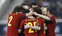 Pedro siguió con su buena racha en la selección española marcando dos goles el miércoles en la victoria de los campeones del mundo y de Europa por 3-1 contra Uruguay en un amistoso en Qatar. En la imagen, los jugadores españoles celebran un gol contra Uruguay en Doha, el 6 de febrero de 2013. REUTERS/ Fadi Al-Assaad