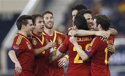 Los jugadores de la selección española de fútbol celebran tras convertir frente a Uruguay en un amistoso disputado en Doha feb 6 2013. El delantero Pedro mantuvo el miércoles su buena racha en la selección española de fútbol al marcar dos goles en la victoria del campeón de Europa y el mundo 3-1 contra Uruguay en un amistoso jugado en Qatar. REUTERS/ Fadi Al-Assaad