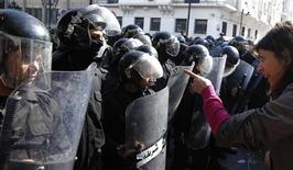 Tunisian protesters clash with riot police during a demonstration after the death of Tunisian opposition leader Chokri Belaid, outside the Interior ministry in Tunis February 6, 2013. REUTERS/Anis Mili