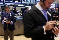 Las acciones estadounidenses cerraron prácticamente estables el miércoles en la Bolsa de Nueva York, tomándose otra pausa tras el reciente repunte que llevó al índice S&P 500 a un máximo en cinco años, con descensos en los sectores de transporte y tecnología. En la imagen, unos operadores en la bolsa de Nueva York, el 6 de febrero de 2013. REUTERS/Shannon Stapleton