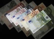 Les Français estiment en moyenne qu'on est riche à partir de 6.500 euros de revenu net mensuel, un montant en légère hausse par rapport à 2011, selon un sondage Ifop à paraître dans le mensuel Enjeux-Les Echos. /Photo d'archives/REUTERS/David W Cerny