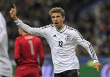 توماس مولر لاعب ألمانيا يحتفل بهدفه في مرمى فرنسا خلال مباراة ودية في باريس يوم الاربعاء - رويترز