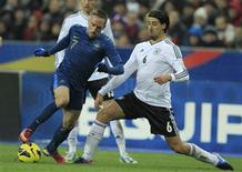 Duel entre Franck Ribéry et Sami Khedira, qui a inscrit le but de la victoire allemande. L'Allemagne a battu mercredi la France 2-1 en match amical au Stade de France malgré un but de Mathieu Valbuena de la tête en fin de première période (44e). /Photo prise le 6 février 2013/REUTERS/Gonzalo Fuentes