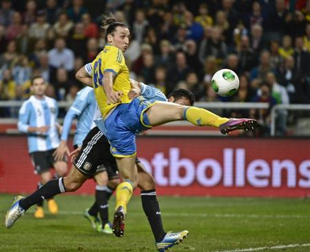 Sweden's Zlatan lbrahimovic (L) fights for the ball during an international friendly match against Argentina at Friends Arena in Stockholm, Sweden, February 6, 2013. REUTERS/Leif R Jansson/Scanpix Sweden