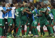 Les Burkinabés ont dû jouer la prolongation (1-1) à Nelspruit, en Afrique du Sud, puis en venir à la séance de tirs au but face au Ghana pour assurer leur place en finale de la Coupe d'Afrique des nations (Can), du jamais-vu dans leur histoire. Ils affronteront en finale le Nigeria, qui a éliminé le Mali. /Photo prise le 6 février 2013/REUTERS/Thomas Mukoya