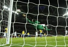 England's Frank Lampard (C) scores past Brazil's goalkeeper Julio Cesar during their international friendly soccer match at Wembley stadium in London February 6, 2013. REUTERS/Eddie Keogh