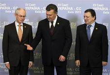 Президент Украины Виктор Янукович (в центре), председатель Евросовета Херман Ван Ромпей (слева) и глава Еврокомиссии Жозе Мануэл Баррозу на встрече в Киеве 19 декабря 2011 года. Украина, от которой Газпром в конце января потребовал $7 миллиардов за непотребленный в 2012 году российский газ, пожаловалась, что европейские страны практически не оказывают ей поддержки в отношениях с РФ по газовым вопросам. REUTERS/Gleb Garanich