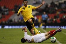 Jamaica's Joel McAnuff (top) fights for the ball with Mexico's Francisco Javier Rodríguez during their 2014 World Cup qualifying soccer match at Azteca stadium in Mexico City February 6, 2013. REUTERS/Edgard Garrido