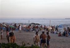 """En los últimos años, las autoridades de Río de Janeiro han desalojado a narcotraficantes de las favelas, abierto carriles para autobuses en medio de las congestionadas calles y limpiado de vendedores ambulantes los 93 de kilómetros de playas de la ciudad. Nada mal. En la imagen, de 2 de febrero, un hombre orina durante una fiesta anterior al Carnaval en Río de Janeiro conocid como """"Simpatia e Quase Amor"""". REUTERS/Ricardo Moraes"""