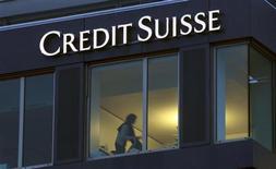 Логотип швейцарского банка Credit Suisse на стене офисного здания в Цюрихе 7 февраля 2013 года. Чистая прибыль Credit Suisse в четвертом квартале оказалась ниже прогнозов из-за слабых результатов его инвестиционного подразделения. REUTERS/Arnd Wiegmann