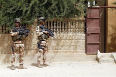 Soldats français à Tombouctou. L'intervention militaire française au Mali a coûté 70 millions d'euros à ce jour. /Photo prise le 31 janvier 2013/EUTERS/Benoît Tessier
