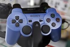 Sony prévoit de commercialiser la nouvelle version de sa console de salon, la PlayStation 4, cette année pour un prix avoisinant 430 dollars (317 euros), rapporte jeudi le quotidien japonais Asahi. /Photo d'archives/REUTERS/Kim Kyung-Hoon