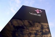 Логотип Statoil около штаб-квартиры компании в Ставангере (Норвегия), 17 января 2013 года. Прибыль норвежской нефтегазовой компании Statoil превысила прогнозы в четвертом квартале, и компания планирует увеличить капиталовложения в ближайшие четыре года. REUTERS/Kent Skibstad/NTB Scanpix