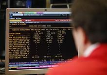 En un clima de mayor tensión para la prima de riesgo española, el Tesoro público dijo el jueves que colocó deuda por encima de la meta máxima prevista de 4.500 millones de euros a unos tipos más altos que en las emisiones anteriores. En la imagen, un agente mira un ordenador durante una subasta de bonos en Madrid el 8 de noviembre de 2012. REUTERS/Andrea Comas