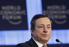 Mario Draghi se enfrentará a un interrogatorio por la sensibilidad del Banco Central Europeo ante la brusca subida del euro y su conexión con un escándalo bancario en una reunión del BCE el jueves, donde los tipos de interés permanecerán casi con seguridad sin cambios. En la imagen, Draghi en una reunión anual del Foro Económico Mundial en Davos el 25 de enero de 2013. REUTERS/Denis Balibouse