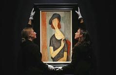 """Un retrato de Jeanne Hebuterne pintado por el artista italiano Amedeo Modigliani un año antes de su muerte en 1920 se vendió el miércoles por 26,9 millones de libras (unos 31 millones de euros), por encima de la estimación máxima de la casa de subastas Christie's. En la imagen, de 1 de febrero, el retrato pintado por Modigliani """"Jeanne Hebuterne (au chapeau)"""" subastado en Sotheby's en Londres. REUTERS/Suzanne Plunkett"""