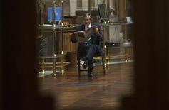 La bolsa española abrió el jueves con tono alcista gracias principalmente a los grandes valores, en una jornada con importantes referencias en la que los inversores estarán pendientes de una nueva subasta de deuda española y de la reunión del Banco Central Europeo. En la imagen de archivo, un trader en la Bolsa de Madrid, el 3 de agosto de 2012. REUTERS/Juan Medina